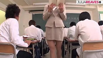 Яркая блондиночка с заросшей лобковыми волосами киской устроила мастурбацию на диване