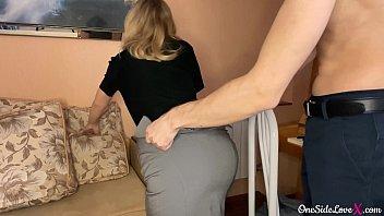 Сладкую девицу долбят стоя перед камерой