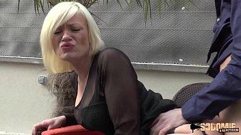 2-ух симпатичных русских женщин чпокают в позе раком в спальне