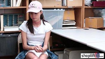 Сексапильная медсестра трахает себя фаллоимитатором в волосатую письку