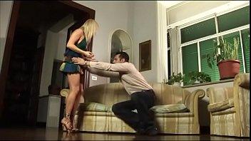 Чешский массажист чпокнул в маслянистую вульву молодую клиентку на столе