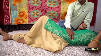 Длинноволосая брюнеточка демонстрирует в чате, свои обольстительные ноги