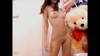 Эротическая модель демонстрирует свои прелести в душевой комнате