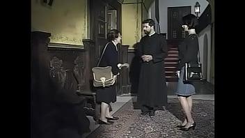 Худая сучка с маленькими сиськами отсосала у парня с камерой