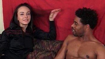 Девки лесбиянки развлекаются сексом на диванчике