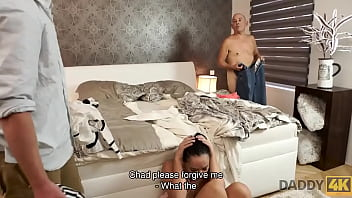 Русский молодчик показывает дамочке свою зрелость и ебет ее