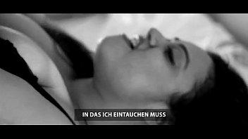 Молодой телочке стало скучно в гостинице, поэтому она стала мастурбировать киску