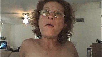 Рыжая мамочка в похотливом нижнее белье крутит попкой перед вебкой