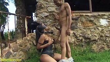 Лысый мужик на виду у спутника вжарил его красотку супругу в рот и упругую пизду