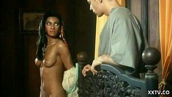 Стройная девка показывает у бассейна мокрую пизду и загоняет в неё ладошки